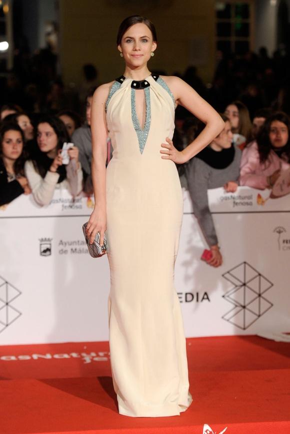 Aura Garrido con un vestido en tonos nude de Carolina Herrera