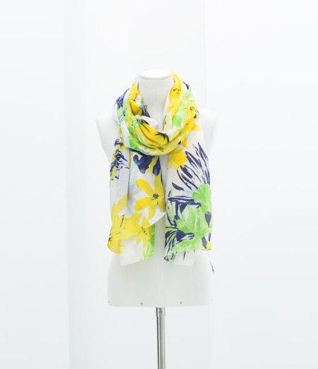 Pañuelo floral de Zara, 15,95€