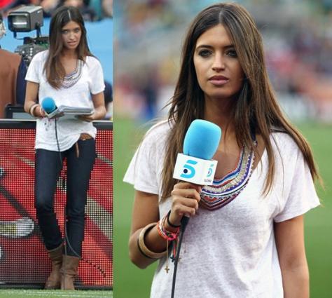 Sara Carbonero con camiseta básica + jeans + maxicollar