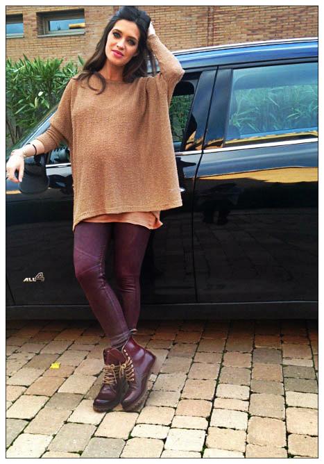 Sara con un look  valido no sólo para embarazadas. Jersey ancho en tono marrón, jeggins y Dr Martens