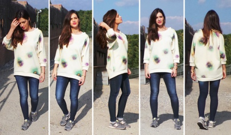 Sara Carbonero con jeans, jersey estampado y New Balance