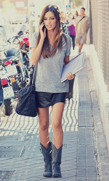 Camiseta + falda/shorts cuero + botas