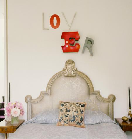Un elemento original en la pared, un cabecero llamativo y unas coloridas flores de plástico darán un toque moderno a tu habitación
