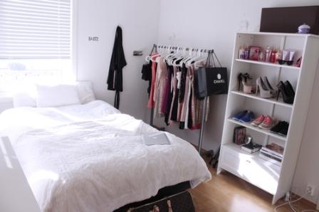 Una habitación luminosa y con un pequeño vestidor, muy de moda
