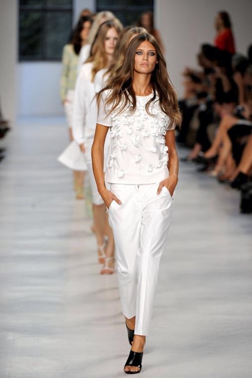 Un total look blanco como este lucido por Bianca Balti