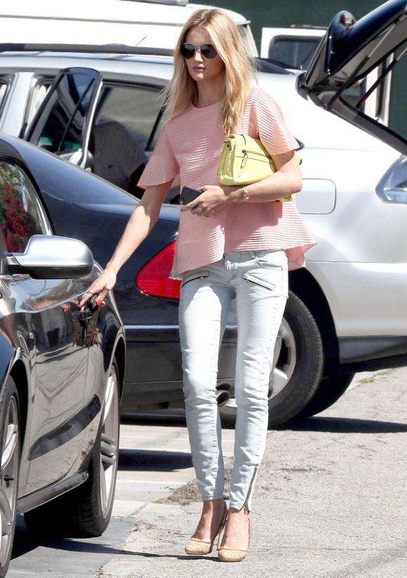 Rosie Huntington-Whiteley con una blusa pastel y unos jeans claros