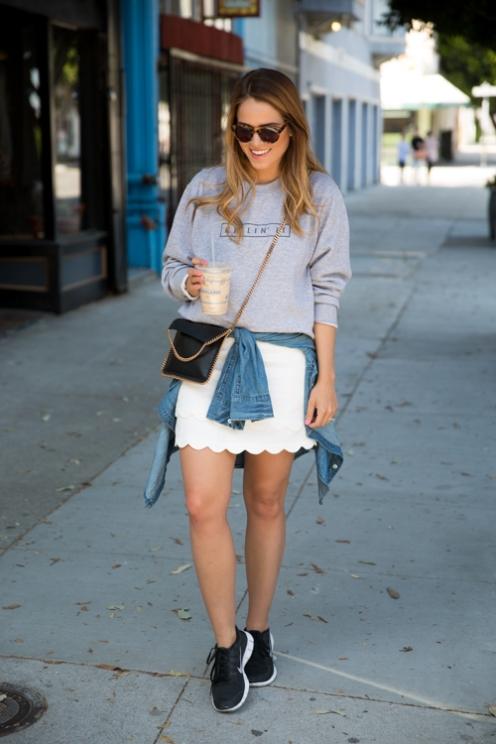Falda blanca, sudadera, deportivas y camisa anudada. Un 10!