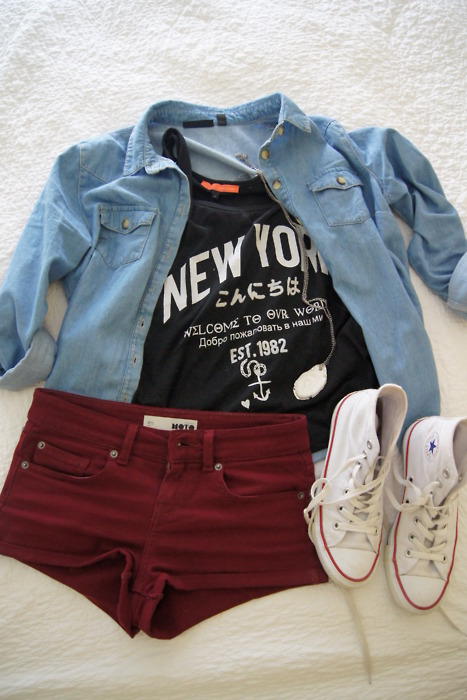 Denim Shirt + Camiseta con mensaje + Short + Converse ¡Ideal!