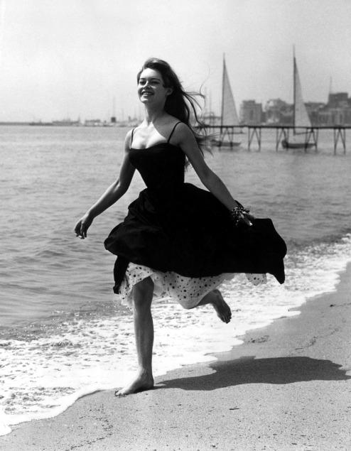 Brigitte Bardot paseó por las playas de la costa azul francesa en el Festival de Cannes de 1956