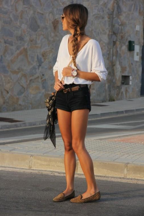 Look con camisa blanca y short negro. ¡Añade unos slippers!