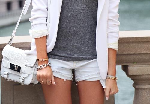 Detalle deun look con blazer y shorts blancos + camiseta de algodón gris