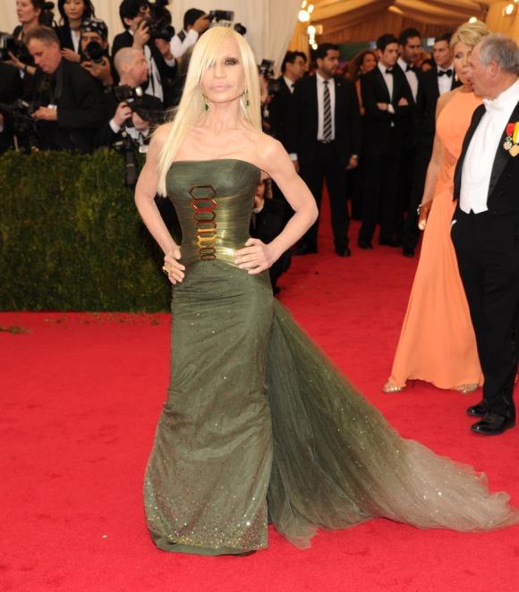 Donatella Versace nada favorecida