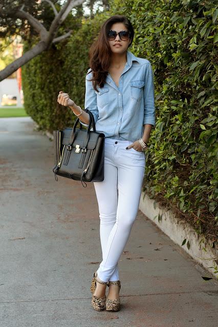 Camisa denim y pantalón blanco, dandole un giro a la tradición