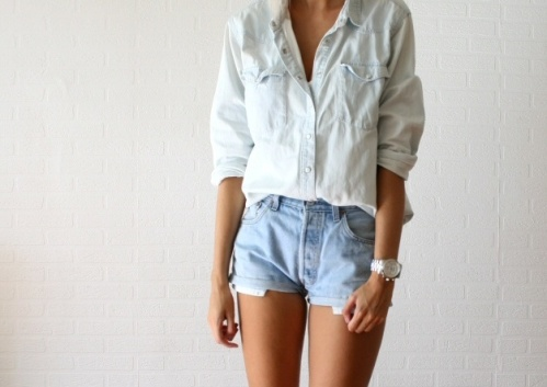 Look denim 100%. Camisa denim blanca y shorts