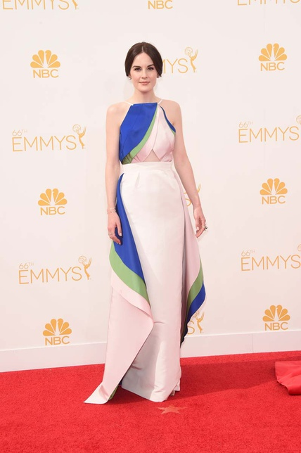 Diseño tricolor cut out para Michelle Dockery. Lo firma Rosie Assoulin.