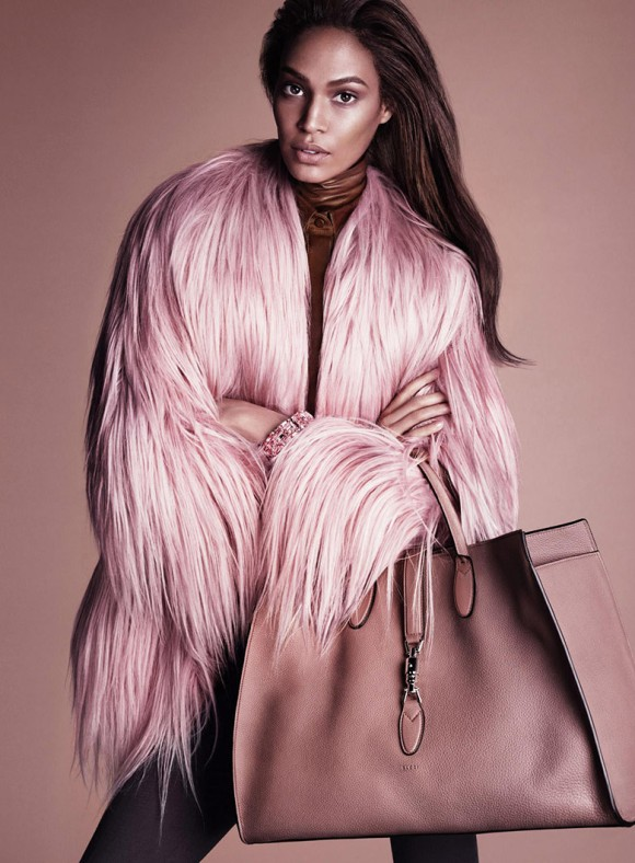 Abrigo de pelo largo rosa y bolso a juego