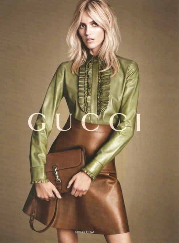 Gucci sigue apostando por el cuero, pero no negro sino con tonalidades como verde, azul o marrón.