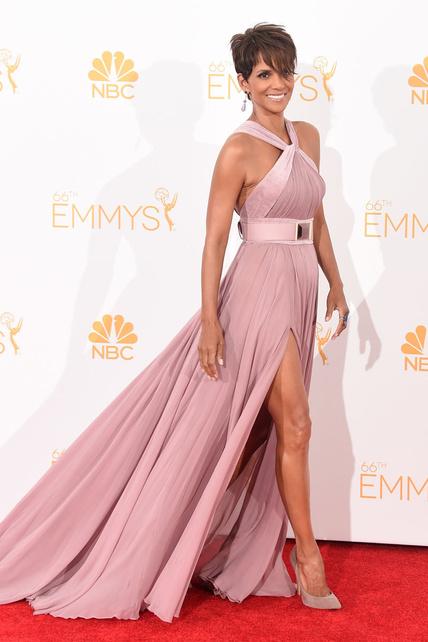 Halle Berry, espléndida con un vestido rosa por Elie Saab.