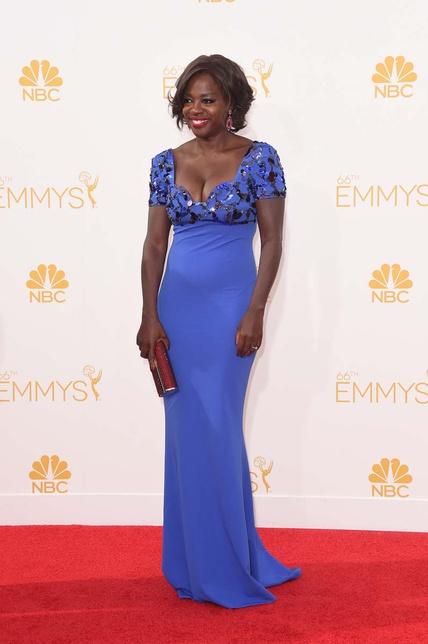 Viola Davis, con vestido azul con predreía de Escada.