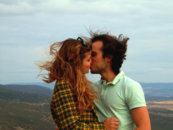 amor beso pareja love you and me