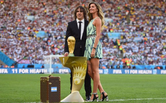2014_World_Cup_Final_Gisele_Bundchen_World_Cup_Trophy